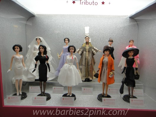 Tributo: as diversas bonecas de Elizabeth Taylor e Audrey Hepburn (direita) | Foto: Caori