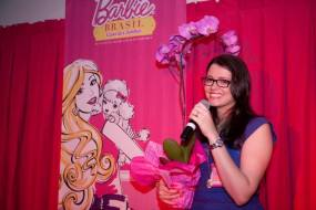 Samira dando seu discurso e recebendo flores da homenagem | Foto: Museu Encantado - via Facebook