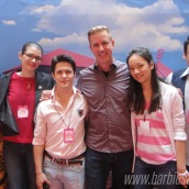 Blogueiros posando para fotos! Plano de fundo: Casa dos Sonhos! | Foto: Caori para BS2P