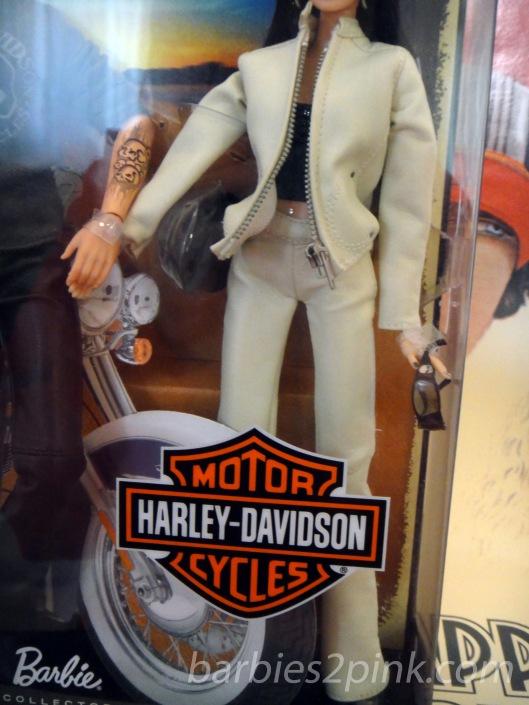 Regata cropped + calça de cintura alta de couro +  blusão de couro e botas de motoqueiro | Foto: Caori