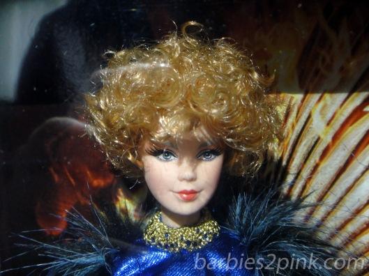 Um close no rosto da doll | Foto: Caori