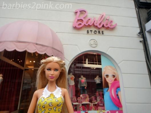 Nina em frente a entrada da Barbie Store | Foto: Caori para BS2P