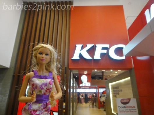 Nina em frente a KFC | Foto: Caori para BS2P