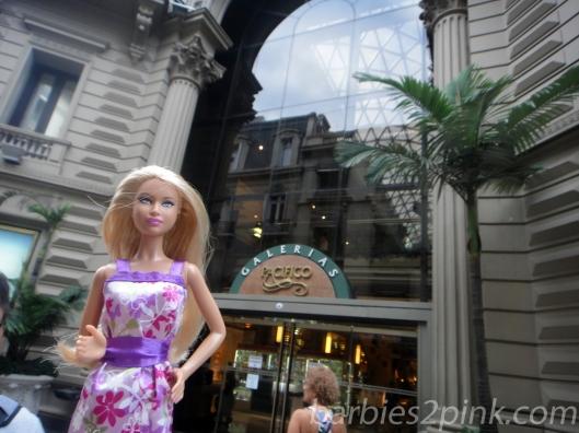 Nina em frente a entrada da Galerias Pacífico | Foto: Caori para BS2P