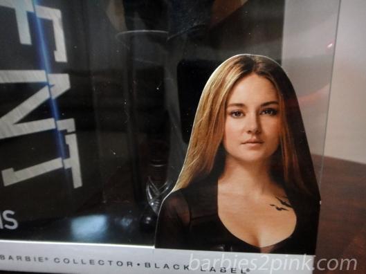 A atriz Shailene Woodley na caixa como Tris | Foto: Caori