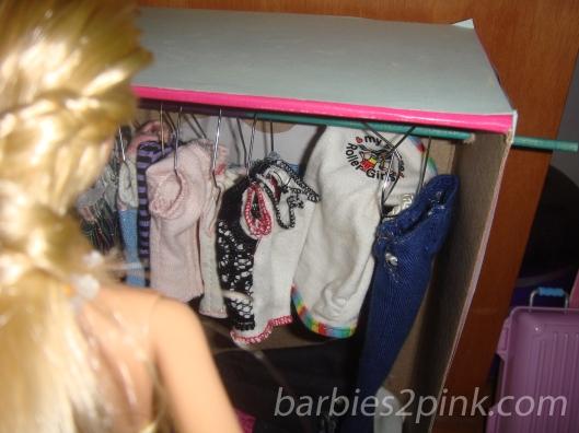 Que difícil...não sei qual roupa escolher! | Foto: Caori
