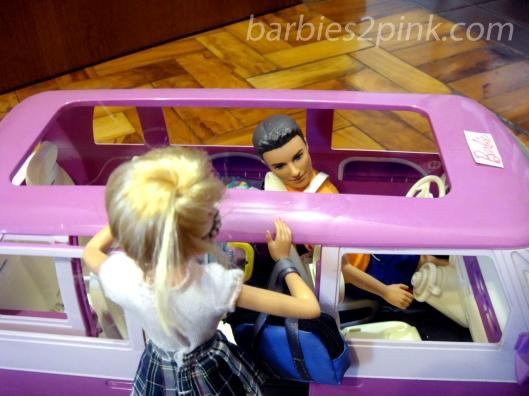 Tudo pronto Barbie? Digo...Nina. Vamos, senão você vai se atrasar - Ken | Foto: Caori