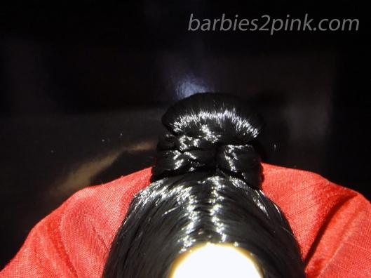 Coque preto com um pequena trança ao redor | Foto: Caori