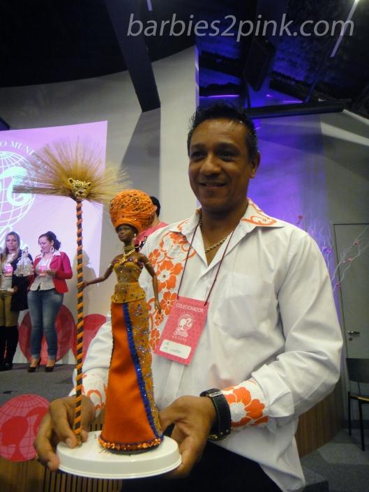 Ed Brito e sua Barbie, vencedora do Miss Barbie Brasil 2015 | Foto: Caori para BS2P